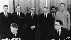 Američki ambasador Luelin Tompson i ministar spoljnih poslova SSSR-a Andrej Gromiko potpisuju sporazum o neširenju nuklearnog naoružanja.