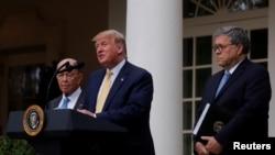 TT Donald Trump với BT Thương mại Wilbur Ross (trái) và BT Tư pháp Bill Barr (phải) khi ông loan báo sẽ cho khai thác các kho dữ liệu chính phủ để đếm người không có quốc tịch Mỹ. Washington 11/7/2019. REUTERS/Carlos Barria