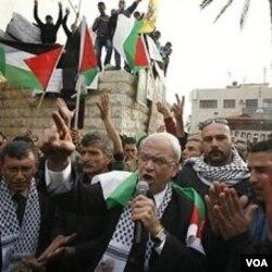 Saeb Erekat (tengah) mengatakan, perundingan dengan Israel tidak ada artinya.