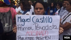 Periodistas en Venezuela salen a las calles y dicen que no hay nada que celebrar y exigen que se respete su derecho a cubrir la información. [Foto: Alvaro Algarra, VOA].