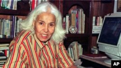 Egyptian writer Nawal el Saadawi during an interview with Reuters in Cairo, May 2001 (file photo)