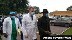 Le ministre de la Santé Gilbert Mokoki en visite au CHU, Brazzaville, le 22 juin 2021. (VOA/Arsène Séverin)