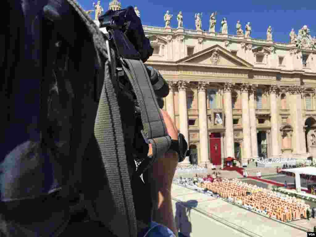 Las cámaras de la Voz de América presentes durante la ceremonia de canonización de la Madre Teresa de Calcuta. [Foto: Celia Mendoza, VOA].