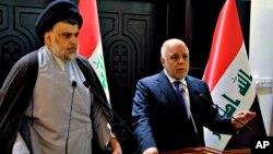 ARSIP - Dalam foto yang disediakan oleh pemerintah Irak, PM Irak Haider al-Abadi, kanan, dan ulama Syiah, Muqtada al-Sadr mengadakan konferensi pers di Zona Hijau di Baghdad, Irak yang dijaga ketat (foto: Pemerintah Irak via AP)