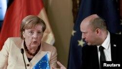 نفتالی بنت، نخست وزیر اسرائیل، در دیدار با انگلا مرکل، صدر اعظم آلمان. (۱۸ مهر ۱۴۰۰)