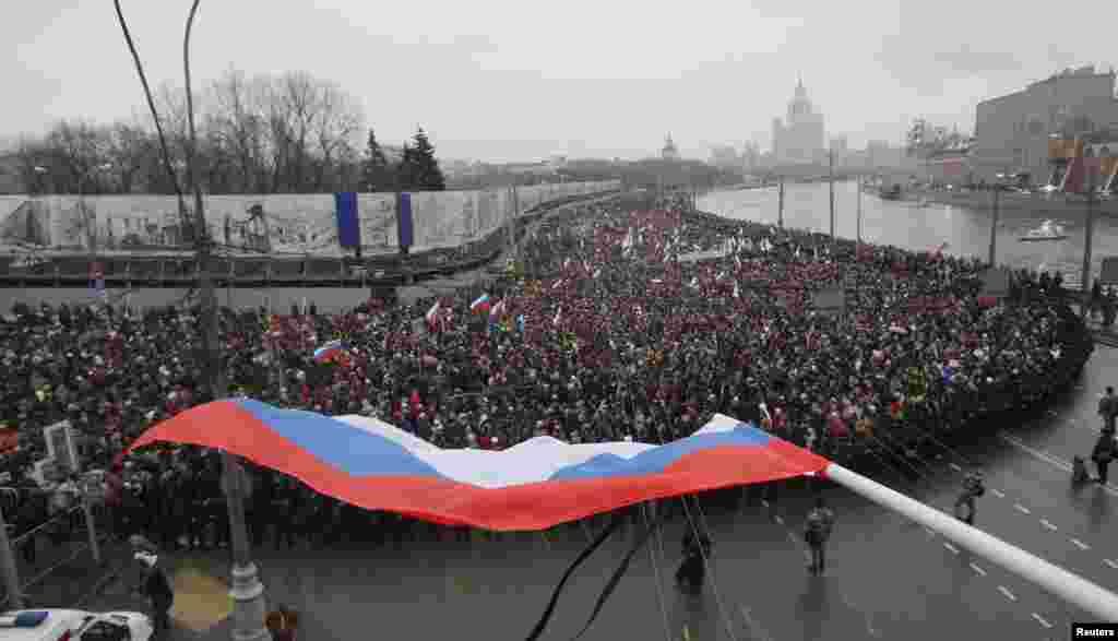 Quốc kỳ Nga trong cuộc diễu hành tưởng niệm ông Boris Nemtsov tại Moscow, ngày 1/3/2015.