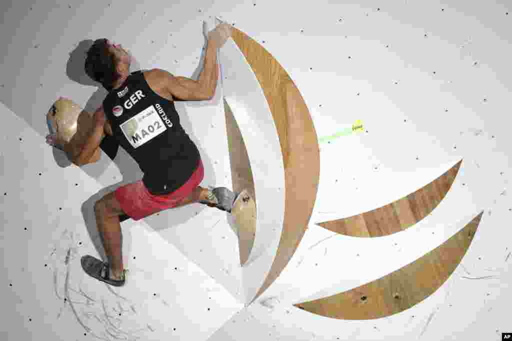 ژاپن میزبان مسابقات قهرمانی صخره نوردی جهان است. ورزشکاری از آلمان در حال مسابقه.