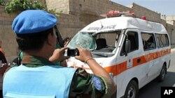 14일 다마스쿠스 외곽 지역 폭탄테러 현장을 수색하는 유엔 감시단.