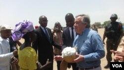 Antonio Guterres, Minawao, le 25 mars 2015. (Moki Edwin Kindzeka/VOA News)