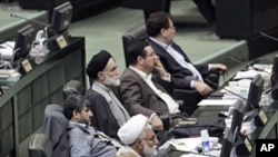 Ahmedinejad'ı dinleyen İranlı milletvekilleri