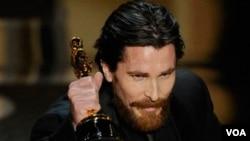 Bale se llevó su primera estatuilla, pero falta mucho tramo en la ceremonia y La Red Social ya inició su carrera con su premio a Mejor Edición.