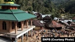 Banjir bandang melanda Mandailing Natal, Sumatera Utara, Jumat sore (12/10), menewaskan 17 orang, termasuk 12 siswa sekolah.