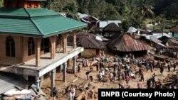 Banjir bandang di Mandailing Natal, Sumatera Utara, (12/10), menewaskan 17 orang, termasuk 12 siswa sekolah. (Foto: dok).