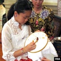 Demonstrasi membatik dengan canting sebagai bagian dari pameran Indonesian Batik: World Heritage di KBRI, Washington, Senin (11/7).