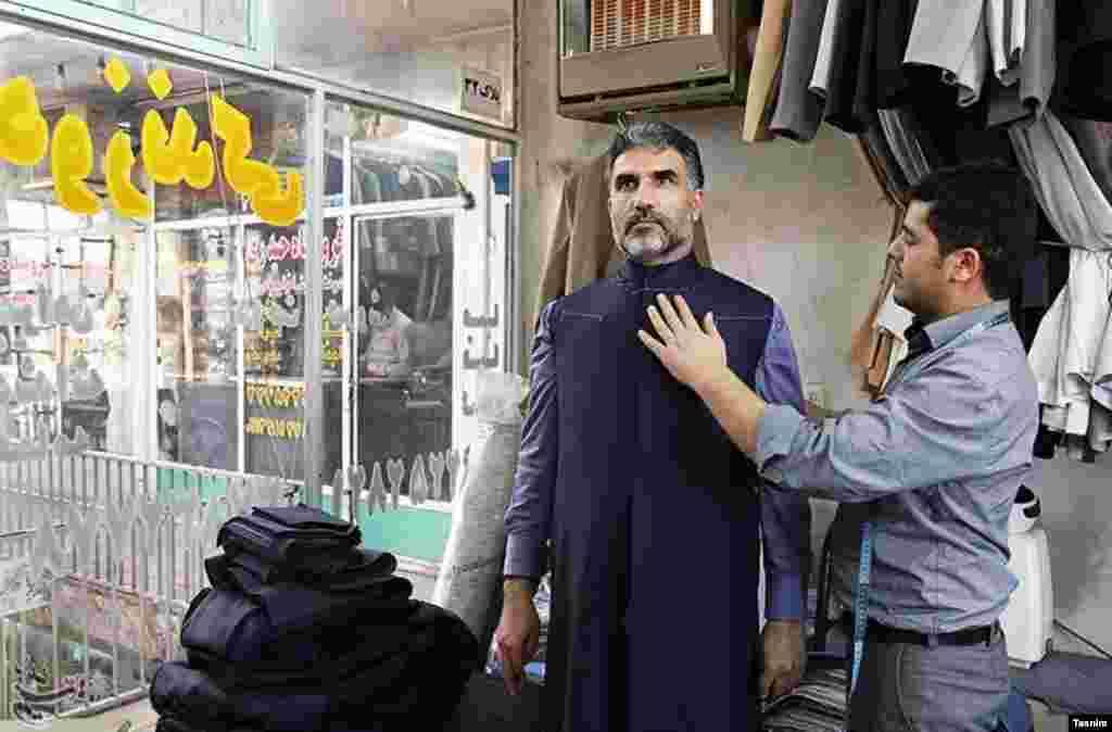 خبرگزاری تسنیم گزارشی از خرید لباس طلبه ها در شبهای سال نو دارد. عکس: محبوبه افشاری