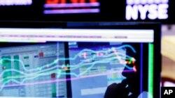 El Dow Jones subió 52,12 puntos, el S&P 500 .SPX ganó 1,64 puntos, y el índice compuesto Nasdaq .IXIC cedió 5,64 puntos.