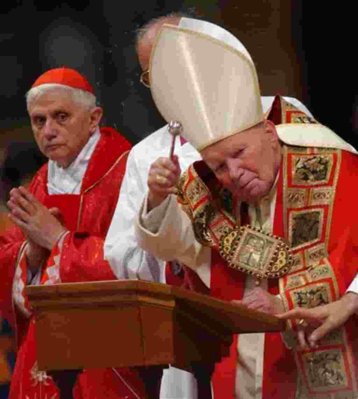 El entonces cardenal Joseph Ratzinger de Alemania, atiende una misa en la Basílica de San Pedro celebrada por el Papa Juan Pablo II (2002).