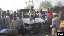 Warga setempat berkerumun di kantor polisi Sheka, kota Kano, Nigeria yang diguncang serangan bom minggu lalu (foto: dok).
