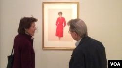 El público se detiene ante el retrato de Nancy Reagan elaborado por el artista Aaron Shikler y exhibido en la Galería Nacional de Retratos en Washington DC.