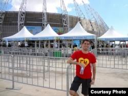 Rafael đứng trước sân vận động nơi diễn ra các trận đấu giải World Cup 2014.