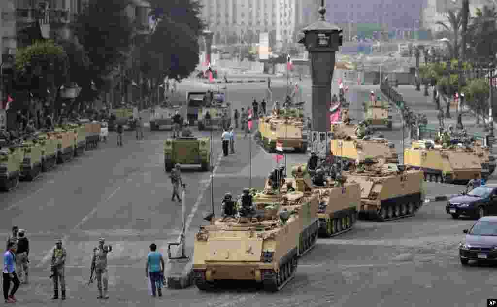 Quân đội Ai Cập triển khai lực lượng tại cổng ra vào quảng trường Tahrir ở Cairo.