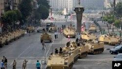 8月16号首位解放广场进口的埃及军队士兵部署在在装甲车顶上和周围。