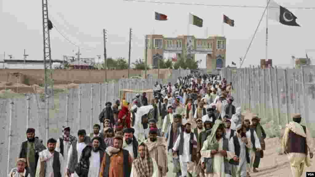 صبح آٹھ بجے سے شام پانچ بجے تک لوگ پیدل ہی سرحد عبور کر سکیں گے۔