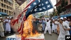 在孟加拉的穆斯林示威者焚燒美國國旗(資料圖片)