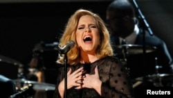 "Adele exécutant la chanson ""Rolling in the Deep"" à Los Angeles, en 2012"