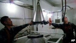Монтаж ядерной боеголовки на ракету Minuteman III. Архивное фото.