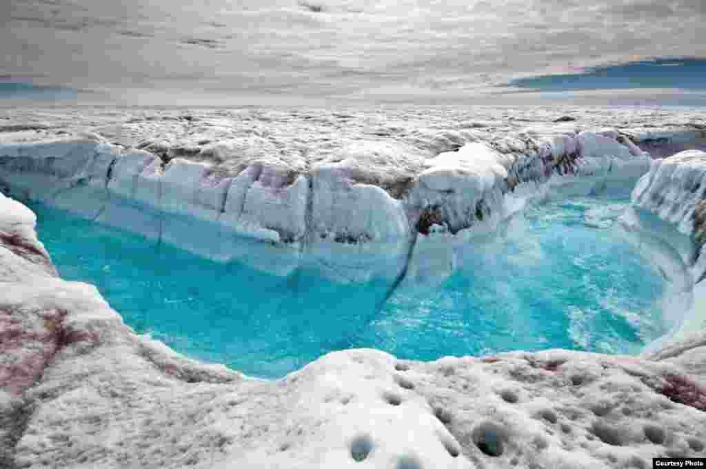 Permukaan air dari lembaran es Tanah Hijau yang mencair melewati kanal supra-glasial. (Ian Joughin)