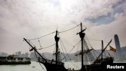"""Une réplique du navire espagnol """"Nao Victoria"""", le premier navire à faire le tour du globe, au port de Victoria à Hong Kong"""" le 25 Octobre 2005."""