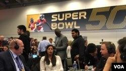 Pembawa acara TV ESPN bersiap-siap menyambut Super Bowl 50 di Radio Row, di Moscone Convention Center, San Francisco, 5 Februari 2016. (P. Brewer/VOA)