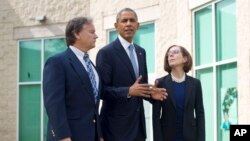 Tổng thống Barack Obama cùng Thống đốc bang Oregon Kate Brown (phải) và Thị trưởng Roseburg Larry Rich (trái) sau cuộc gặp với gia đình của các nạn nhân vụ xả súng trường Cao đẳng Cộng đồng Umpqua, ngày 09/10/2015 tại Roseburg, tiểu bang Oregon.