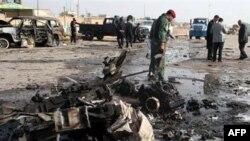 Nhân viên an ninh Iraq xem xét hiện trường vụ đánh bom tự sát ở Ramadi, ngày 12/12/2010