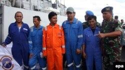 5 thủy thủ Indonesia sống sót sau vụ cướp tàu đã về đến cảng Tarakan ở đảo Borneo, Indonesia, ngày 23/4/2016. Gần đây diễn ra hàng loạt các vụ bắt cóc các thủy thủ Indonesia có liên quan đến nhóm hiếu chiến Abu Sayyaf.
