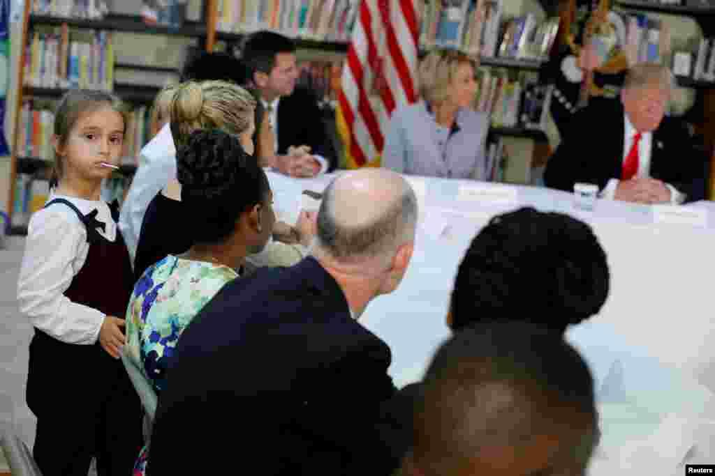 美国总统唐纳德·川普,他的外孙女阿拉贝拉·库什纳与阿拉贝拉的母亲伊万卡·川普(Ivanka Trump)在美国佛罗里达州奥兰多的圣安德鲁天主教学校同学生家长和老师见面。(2017年3月3日)