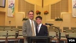 지난 11일 '북한 인권의 밤'을 주관한 미국 델라웨어 주 웰밍턴 시의 브랜디와인 벨리 침례교회에서 탈북자 단체 지성호 대표(오른쪽)와 브라이언 디사바티노 회장이 기념사진을 찍고 있다.