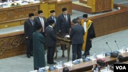 Ketua Umum Partai Golongan Karya Setya Novanto akhirnya resmi dilantik kembali menjadi ketua DPR RI dalam rapat paripurna di gedung parlemen, Rabu 30/11.(Foto: VOA/Fathiyah Wardah)