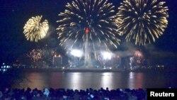 북한 평양 대동강변에서 2014년의 시작을 축하하는 불꽃놀이가 열렸다.