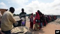 索马里国内流离失所的人9月5日在摩加迪沙排队等待领取食物