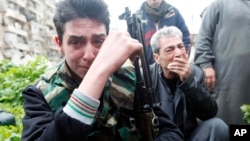 Pripadnik Slobodne sirijske armije plače zbog pogibije saborca u borbama u okolini Alepa