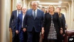 Pemimpin baru Partai Nasional oposisi Selandia Baru, Judith Collin (kanan), berjalan dengan wakil pemimpin baru Gerry Brownlee, di Wellington, Selandia Baru, Selasa, 14 Juli 2020.