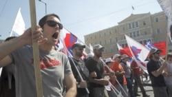 تظاهرکنندگان یونانی در مقابل پارلمان، آتن/یونان. ۲۸ ژوئن ۲۰۱۱