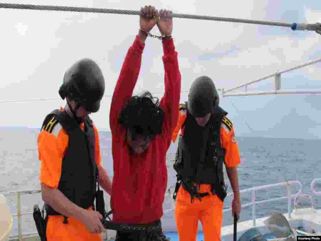 搜身(照片由台湾行政院海岸巡防署提供)