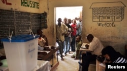 People queue to vote in Mali's presidential election in Timbuktu July 28, 2013.