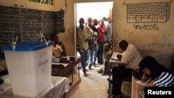 Граждане Мали ждут в очереди, чтобы проголосовать на президентских выборах. Тимбукту. 20 июля 2013 г.