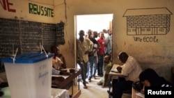 Warga Mali antri untuk memberikan suara dalam pemilihan presiden di salah satu TPS di Timbuktu, Mali (28/7).