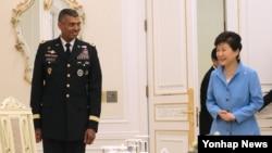 박근혜 한국 대통령(오른쪽)이 15일 청와대를 방문한 빈센트 브룩스 미한연합사령관을 접견했다.