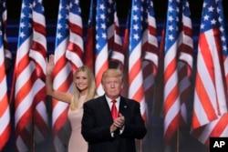 Kızı Ivanka tarafından sahneye davet edilen Donald Trump